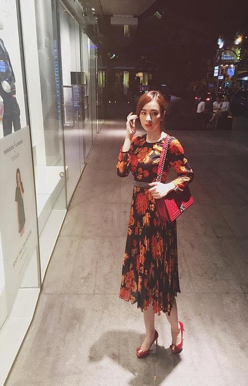 Những hợp đồng quảng cáo mới giúp Phương Trinh có thêm cơ hội thể hiện tình cảm của mình với những món thời trang hợp mốt, trong đó có cả mẫu túi Chanel Boy.