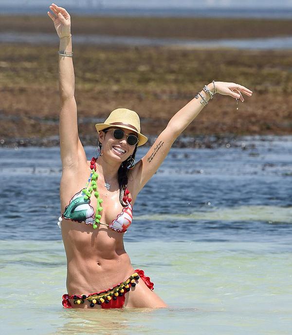 Người đẹp Elisabetta Gregoraci tung tăng với sóng biển, khoe thân hình săn chắc, quyến rũ