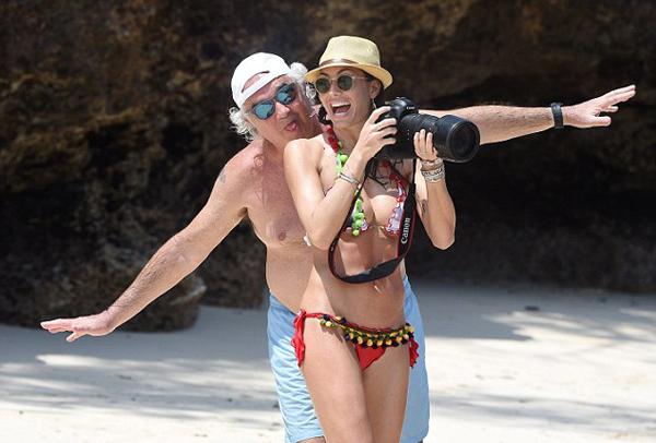 Việc lấy một cô vợ kém tới 30 tuổi cũng khiến ông Flavio Briatore trẻ trung hơn.