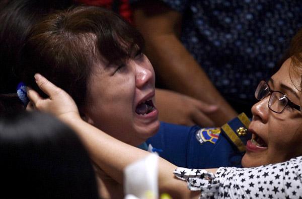 Người phụ nữ này đau đớn gào khóc khi nghe tin về các mảnh vỡ và các thi thể của chiếc máy bay AirAsia được tìm thấy trên biển.