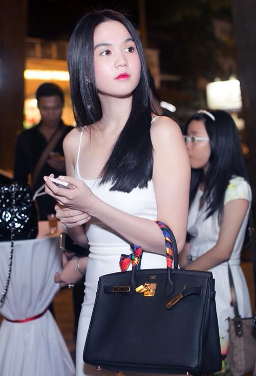Năm 2014, Ngọc Trinh bổ sung vào bộ sưu tập túi xách Hermes của mình với mẫu túi Brikin trên tông màu đen.