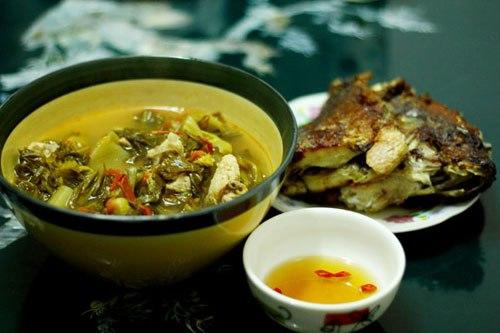Dưa chua nấu sườn nóng hổi, ăn kèm chút rau sống và cá rô rán giòn chấm nước mắm ớt nhanh gọn, phù hợp với những người ít thời gian.