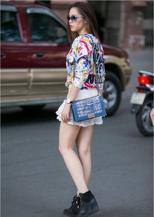 Quách An An cũng chọn một mẫu túi được kết hợp chất liệu da và vải tweed đẹp mắt thuộc dòng túi Chanel Boy.