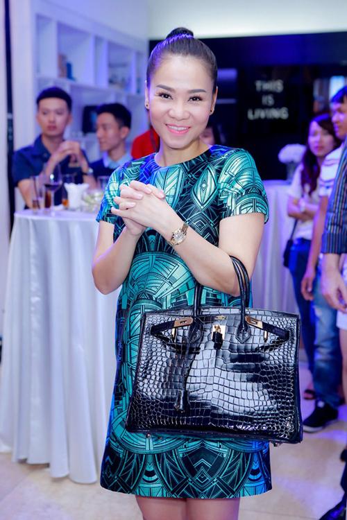 """Túi xách hàng hiệu trên chất liệu da cá sấu cao cấp là món quà mà nữ ca sĩ Thu Minh được """"ông xã"""" tặng."""