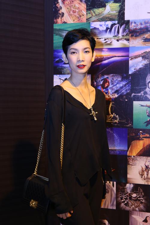 Đạo diễn catwalk Xuân Lan cũng chọn mẫu túi xách thời thượng như một món quà cho cả năm lao động miệt mài của mình.