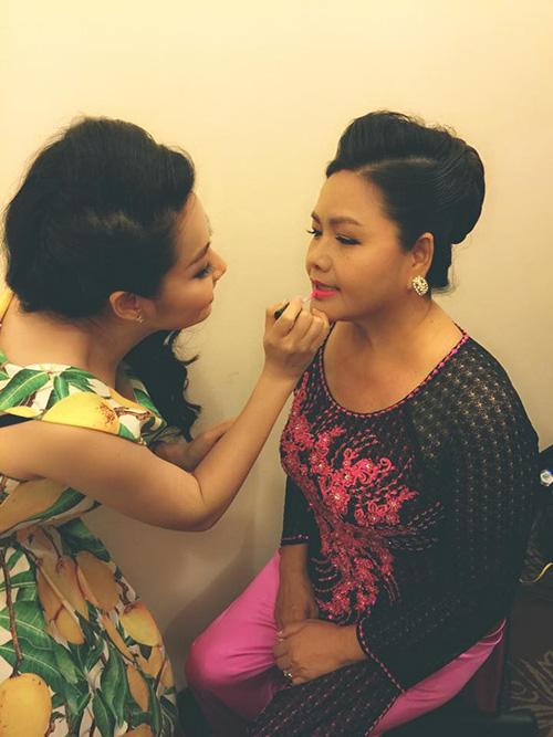 Dù rất bận rộn, Lê Khánh vẫn tự tay trang điểm cho mẹ. Bà là người luôn bên cạnh và ủng hộ Lê Khánh theo đuổi con đường diễn viên.
