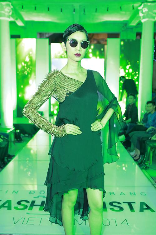 Xuân Lan chọn váy đính gai để mang đến hình ảnh mạnh mẽ và không kém phần cá tính.