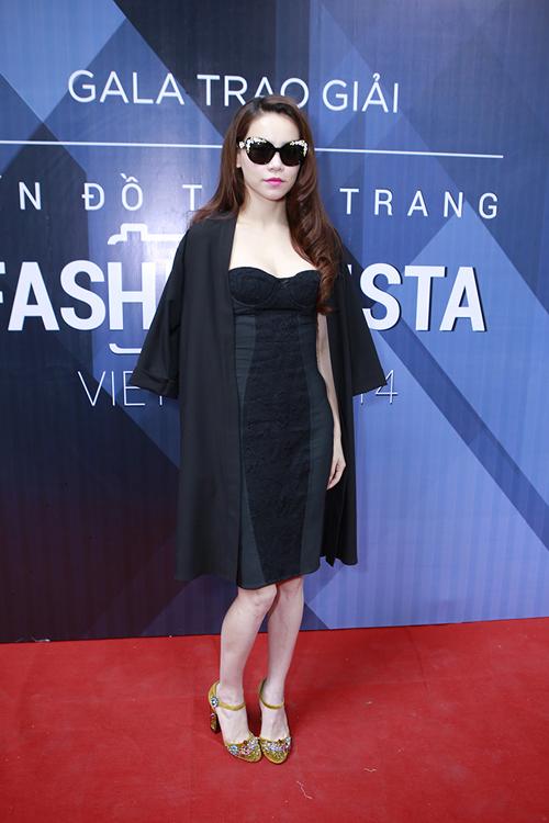 Chiều ngày 30/12, xuất hiện tại đêm trao giải cho chương trình tìm kiếm tín đồ thời trang Việt Nam, ca sĩ Hồ Ngọc Hà gây sức hút bởi phong cách sang trọng với những món hàng hiệu mắt kính, giày đính hoa nổi của thương hiệu D&G.
