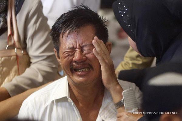 Thân nhân của những người đi trên QZ8501 suy sụp. Ảnh: European Pressphoto Agency.