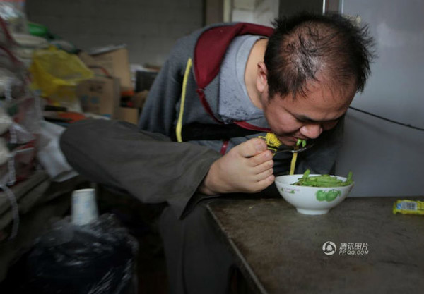 Soon after, Hu decided to run his own business, and started managing a store of 30 square meters in his local village. He now handles almost everything himself except for delivery services, which his mother assists with.