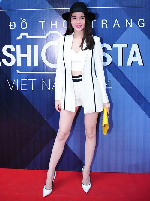 Ngọc Trinh trẻ trung và sexy với suit trắng, cô chọn thêm nón phớt để mang lại hình ảnh cá tính và phù hợp với không gian của một cuộc thi tìm kếm fashionista.