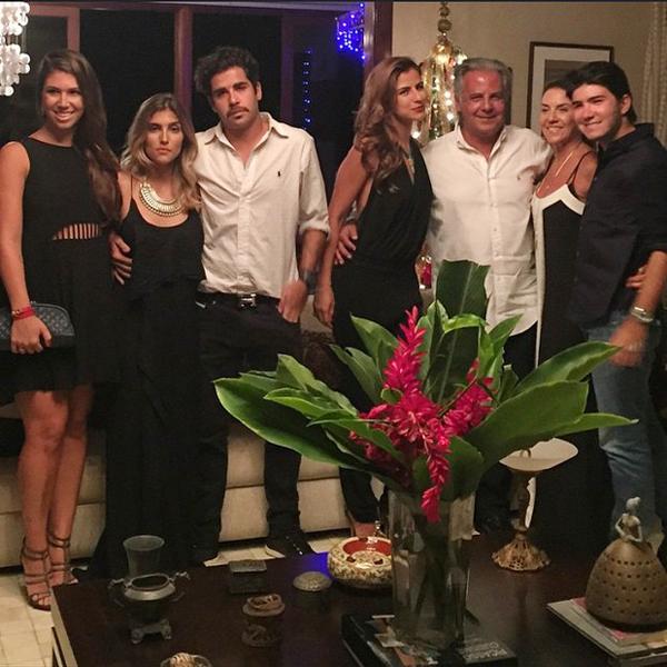 Paula Morais (thứ 4 từ trái sang) đón Noel bên gia đình.