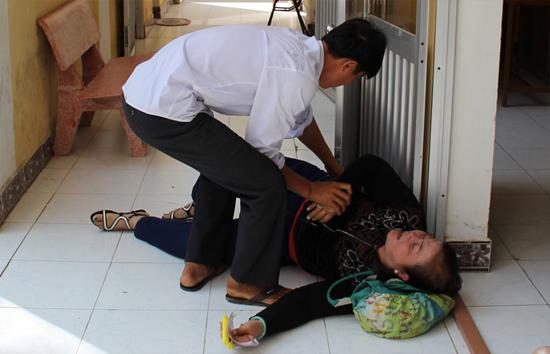 [Caption]Mẹ Thanh nằm vật ra sàn gạch.