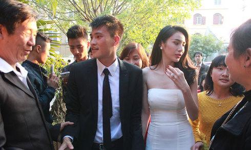 Công Vinh - Thủy Tiên tất bật ở tiệc cưới tại Nghệ An