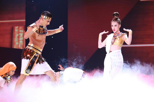 Angela Phương Trinh hoá nữ thần Ai Cập trong bài nhảy Chachacha kết hợp múa Ấn Độ. Trên giai điệu sôi động của ca khúc Dark Horse, nữ diễn viên thể hiện những động tác gợi cảm, cùng màn nhào lộn bắt mắt.