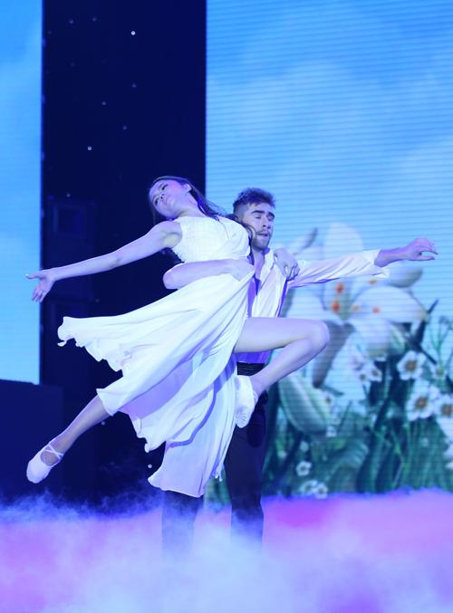 Trên nền nhạc du dương của 'My Immortal, Hương Giang Idol và Geogri Ganev mang đến những phút sâu lắng qua bài Samba và đương đại.