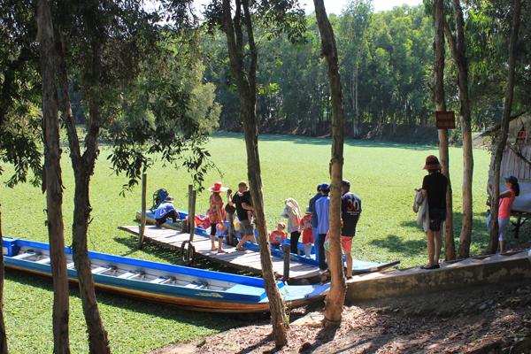 Tới Trà Sư, du khách sẽ đi bộ khoảng 500 mét là vào cửa rừng, những đầm sen bao la và hàng cây xanh mát dọc bên đường chào đón, tạo cho du khách một cảm giác gần gũi, thân thiện.