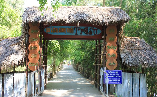 Nằm bên ngã ba của sông Châu Đốc và sông Hậu, TP Châu Đốc là trung tâm du lịch nổi tiếng của An Giang nói riêng và của vùng đồng bằng sông Cửu Long nói chung. Châu Đốc có nhiều danh lam thắng cảnh nổi tiếng, đặc biệt rừng tram Trà Sư
