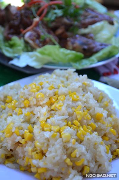 Xôi dẻo, bắp ngọt, thịt gà thơm ngon ăn một lần dễ thèm nhớ.