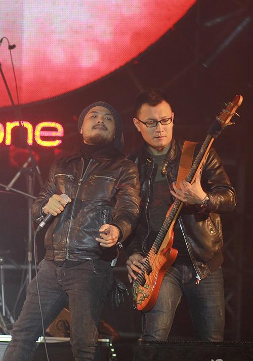 Trần Lập cùng nhóm Bức Tường cũng là nhân vật đốt cháy không gian rộng lớn của sân Mỹ Đình với những ca khúc đầy kỷ niệm như 'Rock xuyên màn đêm', 'Tháng 12', 'Tâm hồn của đá', 'Mắt đen'. Ban nhạc nổi tiếng còn dành tặng người hâm mộ hai bài hát mới 'Những chuyến đi dài' và 'Men say', nằm trong album 'Đất Việt' mới trình làng. Đã hoạt động được 20 năm nhưng Bức Tường vẫn là cái tên được khán giả yêu mến.