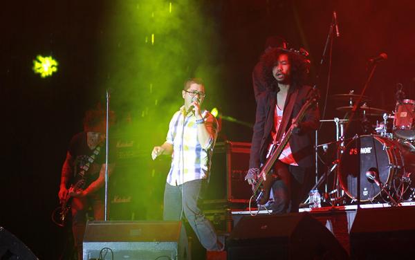 Nhóm Microwave thể hiện ca khúc chủ đề của show diễn 'Lòng tự hào' với chất Nu-metal mạnh mẽ.