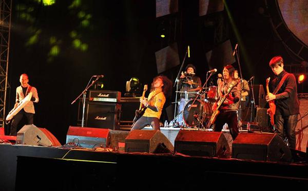 Với phần phối khí mới lạ của Phạm Anh Khoa và PAK Band, những ca khúc cách mạng như 'Dậy mà đi', 'Lá đỏ', 'Tình ca', 'Ngẫu hứng sông Hồng' trở nên mới mẻ.  Hàng chục nghìn người xem vào tối qua đã hát và nhảy theo những giai điệu sôi động của nhóm. Quá phấn khích trước sự cổ vũ của rockfan dưới màn mưa nặng hát, nhóm còn biểu diễn thêm 'Chờ người nơi ấy', 'Sắc màu', 'Ra khơi', 'Cây đa'.