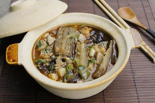 Cá tím mềm, thơm nồng, thỉnh thoảng ăn lẫn nấm hương rất ngọt và giòn, dùng với cơm trắng rất ngon.