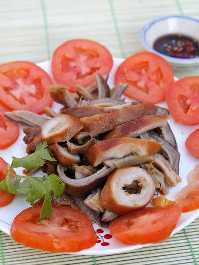 Đây là món ăn gần giống với kho nhưng thơm hơn với vị ngọt của nước dừa, thơm, dai, giòn của dạ dày, chấm với xì dầu pha ớt.