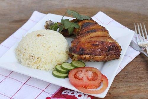 Món cơm gà thơm ngon với thịt gà thấm, dậy mùi thơm của hỗn hợp gia vị, dùng kèm với cơm và dưa leo. Cuối tuần, hãy trổ tài vào bếp đãi người thân nhé!