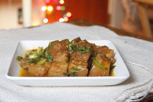 Món thịt ba chỉ kho với mùi thơm hòa quyện của ngũ vị hương và gia vị thấm mềm, thơm ngon.