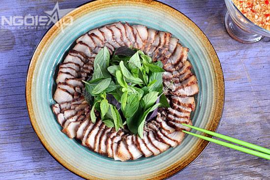 Bữa cơm tối nhà bạn sẽ quyến rũ hơn hẳn với mùi thơm tỏa ra từ món thịt ba chỉ tẩm ngũ vị hương.