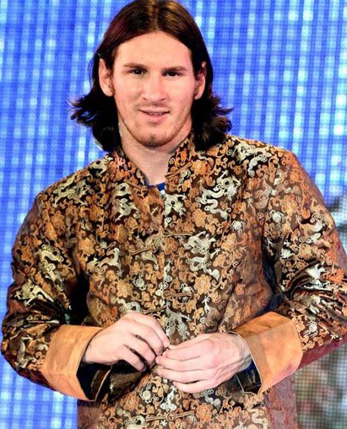 Messi thời còn để tóc dài lãng tử trông 'ngố' trong chiếc áo gấm