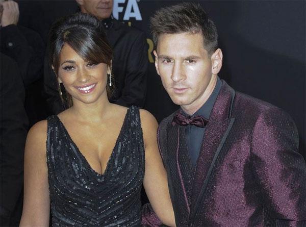 Tới dự Gala trao giải Quả bóng vàng FIFA hôm 12/1, Messi tiếp tục là tâm điểm chú ý với bộ vest màu mận chín