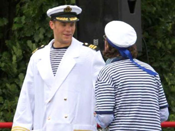 Neuer mặc áo rộng trong trang phục hải quân thùng thình