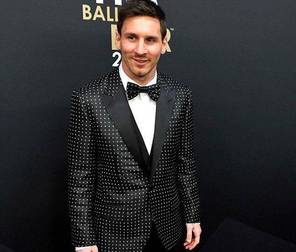 Năm 2012, khi lần thứ tư nhận danh hiệu Cầu thủ hay nhất năm, Messi 'chơi trội' với bộ vest chấm bi.