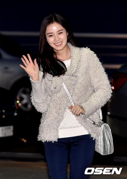 Kim Tae Hee rạng ngời trước ống kính báo chí.