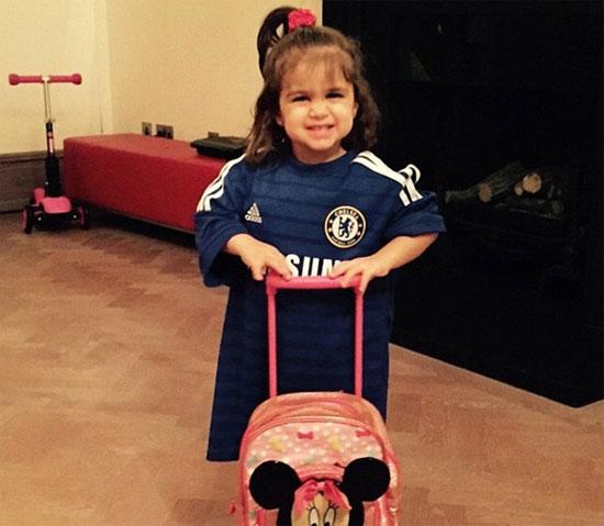 Bé Lia, con gái đầu lòng của tiền vệ Chelsea và người tình hơn 13 tuổi.