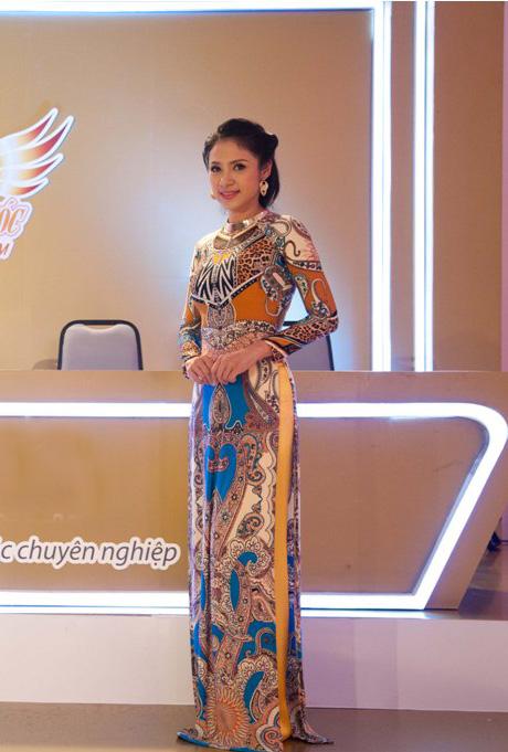 [CaptionTrong tà áo dài dân tộc duyên dáng, tôn vinh lên vẻ đẹp của người phụ nữ Việt cùng nhan sắc mặn mà đã tạo thêm điểm nhấn và sự ấn tượng cho chương trình.
