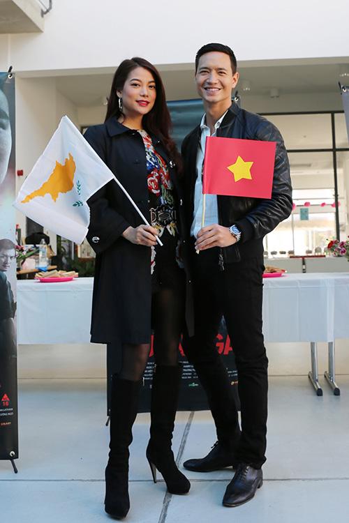 """[CaptionSáng ngày 18/1, hai diễn viên của """"Hương Ga"""" đã tham gia lễ khai mạc """"Tuần lễ văn hoá Việt Nam tại Síp"""" (diễn ra từ 18-30/1, khai mạc ở thành phố biển Limassol và song song với đó là triển lãm ảnh tại thủ đô Nicosia) nhân dịp kỷ niệm 40 năm thiết lập quan hệ ngoại giao Việt Nam - Cộng Hoà Síp."""