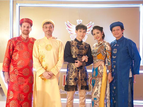 [CaptionCùng với diễn viên Việt Trinh, các giám khảo Allan Ngô, Ludovic, Mathieu cùng với MC Nguyên Vũ cũng đã thể hiện tinh thần dân tộc qua trang phục tà áo dài truyền thống Việt Nam.
