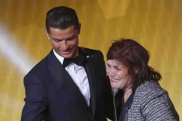 Cầu thủ hay nhất thế giới 2014 nghe lời mẹ trong chuyện tình cảm.