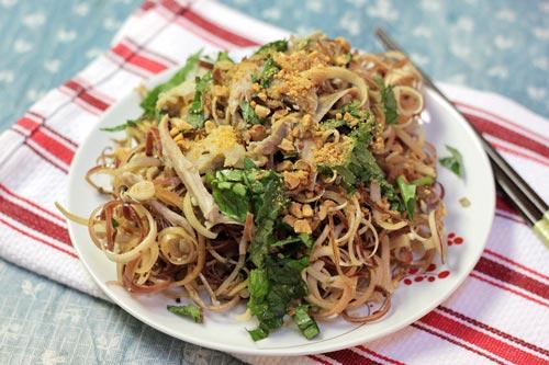 Hoa chuối giòn giòn được trộn cùng với thịt gà và lạc bùi bùi, dùng làm món ăn chống ngấy lại thêm phần đưa đẩy trong bữa cơm.
