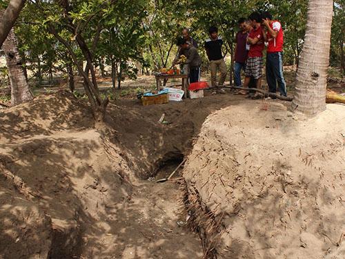 Bí ẩn hố chôn tập thể 24 người trong vườn nhà
