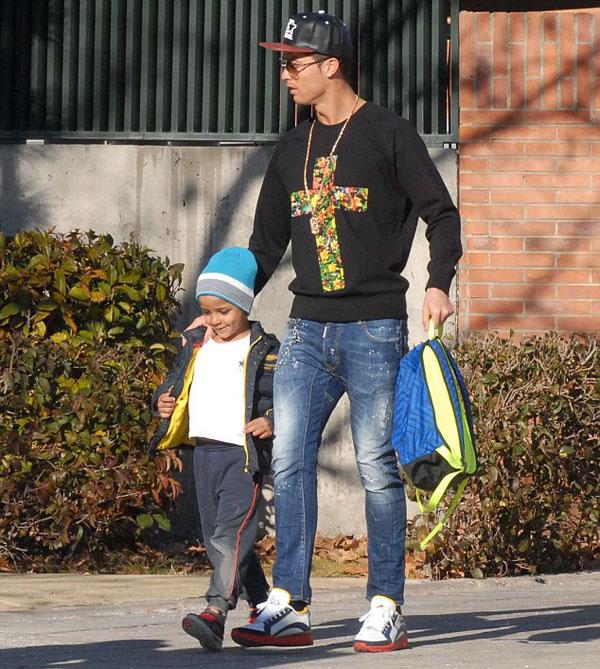 C. Ronaldo đi đón con trai ở trường học chiều 19/1. Ảnh: Xposure.