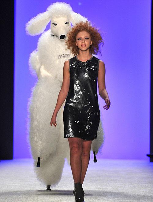 Anna gây bất ngờ tại Tuần lễ thời trang Berlin, Đức hôm 20/1 với những sải bước tự tin, chuyên nghiệp như người mẫu dù mới 14 tuổi.