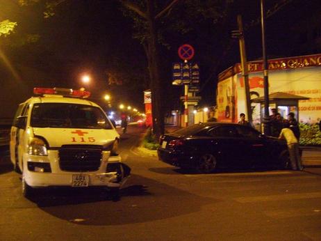 [Caption] Chiếc xe cấp cứu chở anh Đạt bị tông nát phần đầu