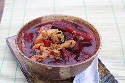 Vị ngọt tự nhiên từ củ dền được nấu kèm với cải thảo, thịt nạc xay ăn rất ngon miệng và có tác dụng bổ máu, cung cấp chất sắt.