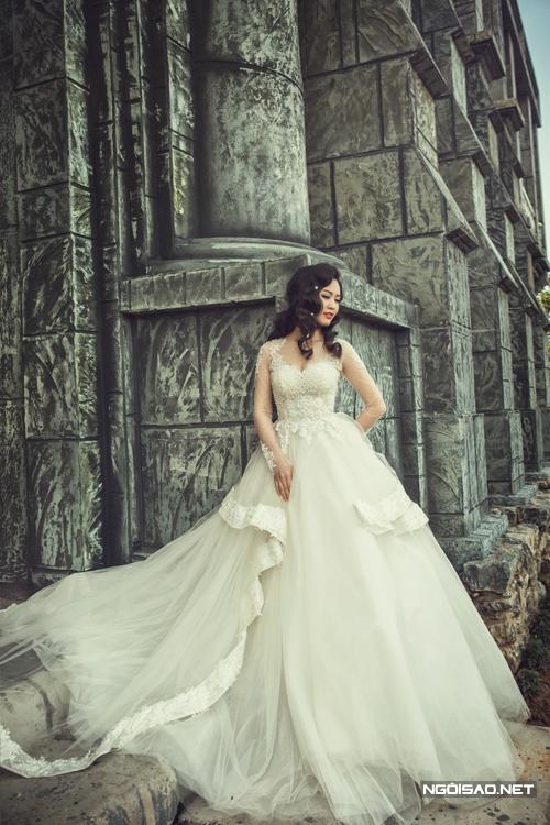 Á hậu Thụy Vân gợi cảm với váy cưới 3D