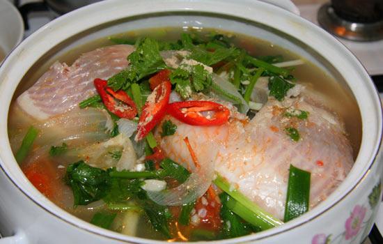 Trong những ngày trời mưa, bát canh cá nấu ngót với hương thơm thoang thoảng của rau cần là món ăn ngon miệng mà ai cũng thích mê.
