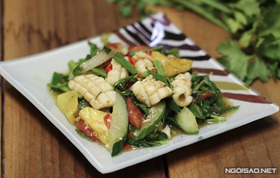 Với nguyên liệu chính là mực, bạn có thể kết hợp với ít rau củ như dứa, dưa leo, cà chua, hành tây... để chế biến nên món xào nhanh gọn cho bữa cơm gia đình.